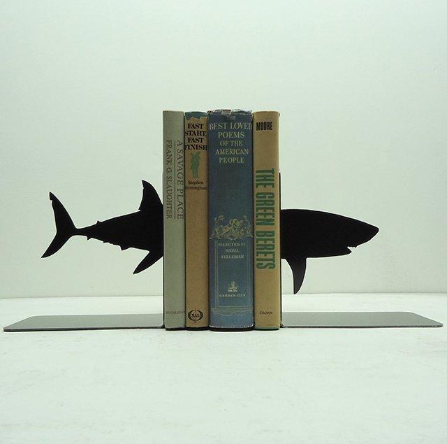 держатель для книг в виде стальной акулы