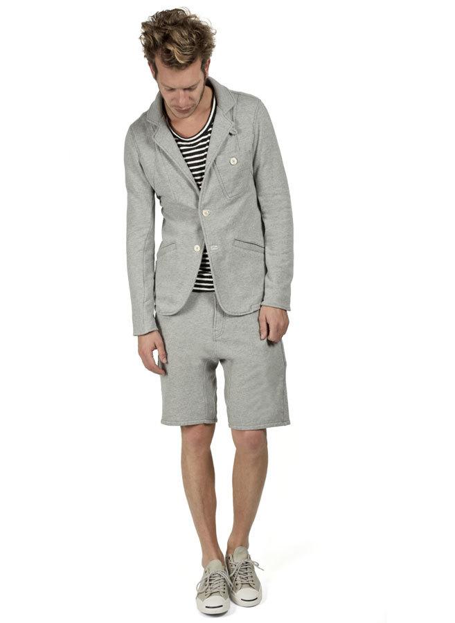 парень в шортах и пиджаке серого цвета