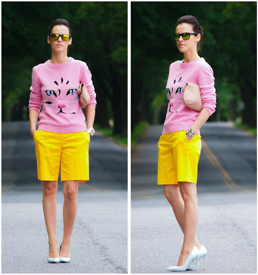 розовый свитшот и желтые бермуды