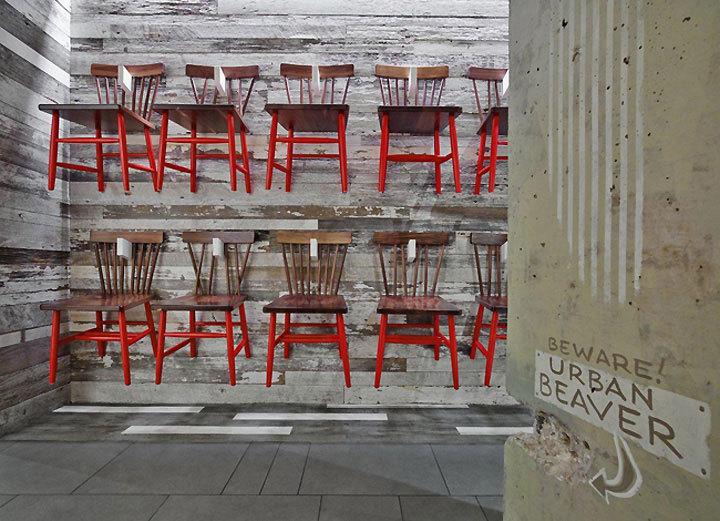 стулья на стене в ресторане Farmers Fishers Bakers