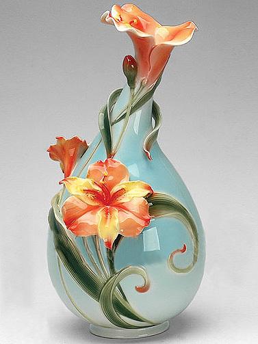 Ваза для цветов «Лилии», декорированная фарфоровыми цветами