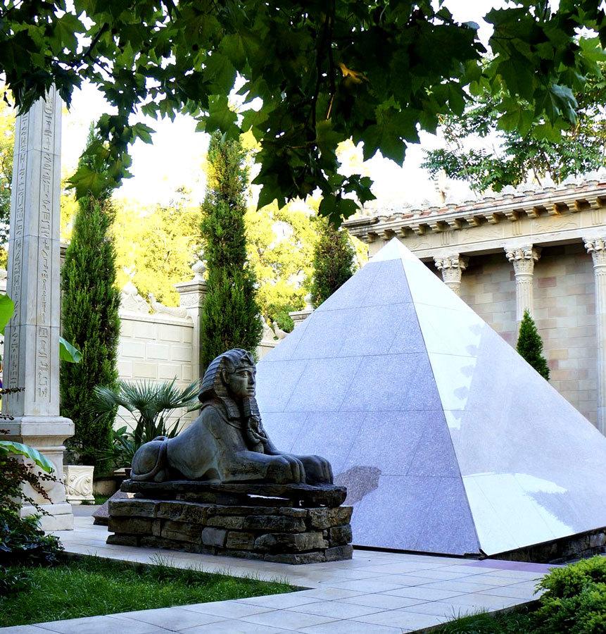 Пирамида и сфинкс