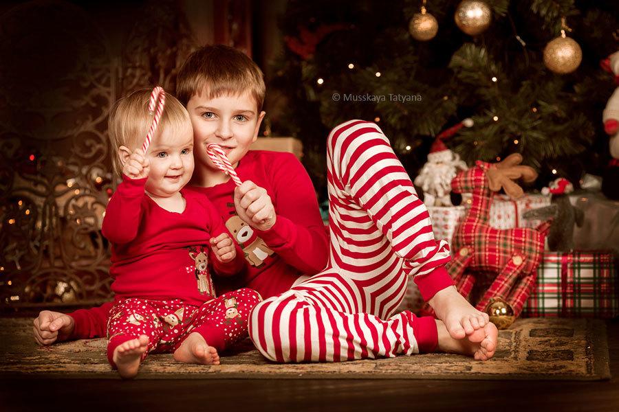 Дети в новгодних пижамах