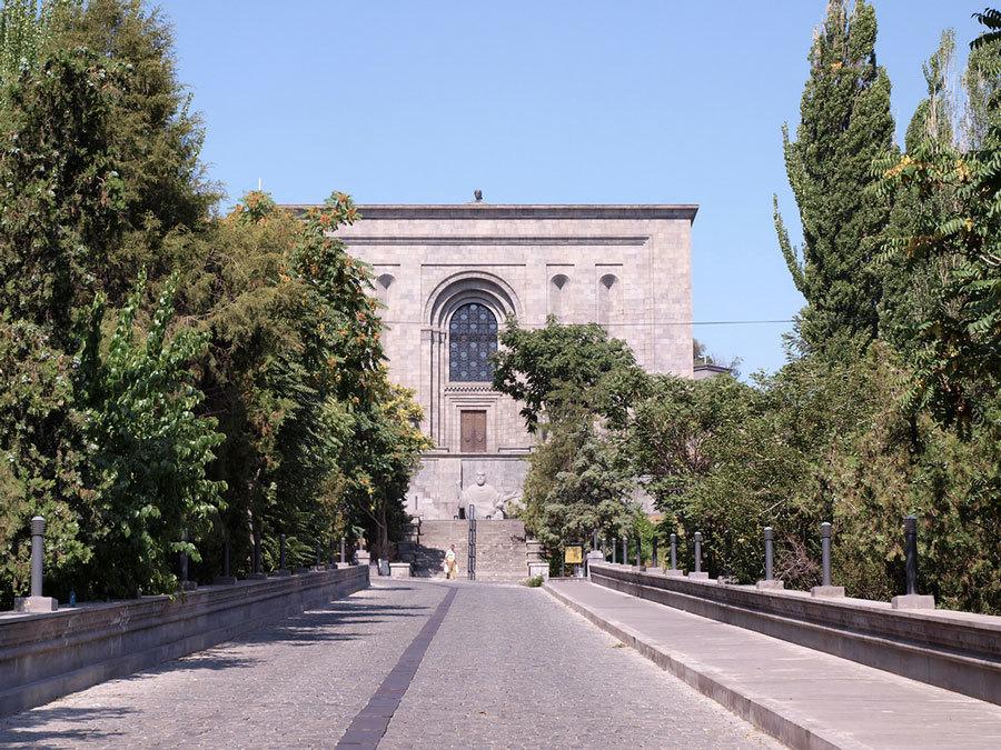 Знаменитый-Матенадаран,-хранилище-древних-рукописей