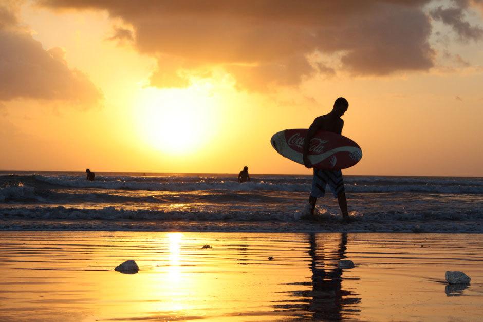 Серфинг на Бали. Закат.