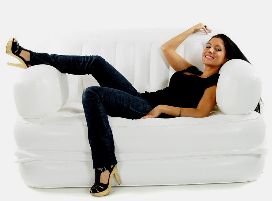девушка на бедом надувном диване