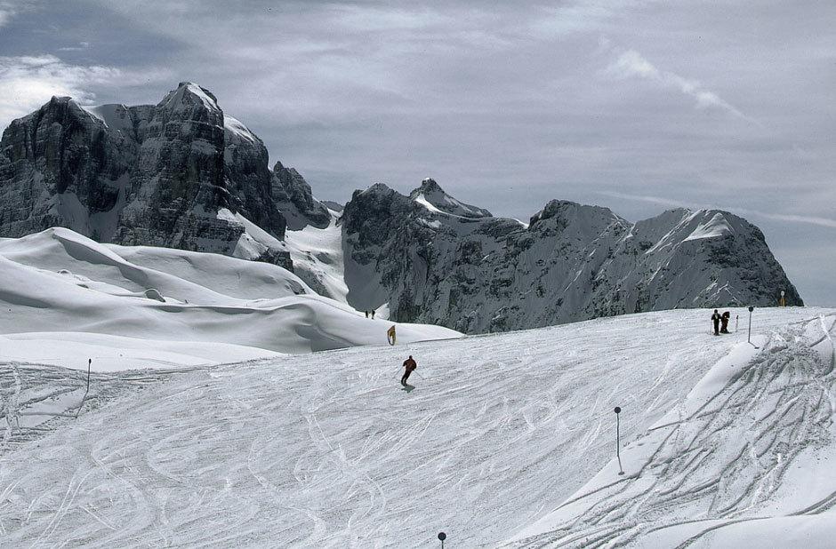 склоны и горнолыжники.