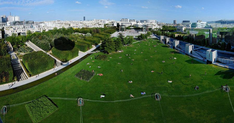 Вид сверзу на Parc André Citroën.