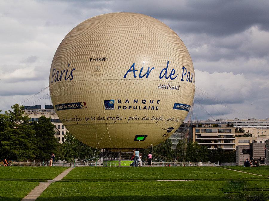 Воздушный шар в парке Андре Ситроена в Париже.