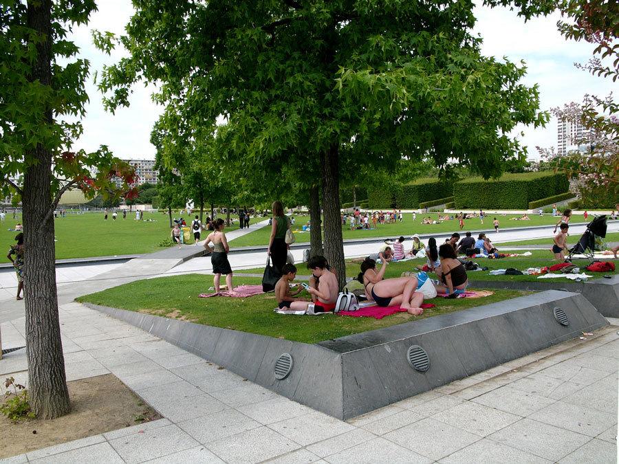 парижане отдыхают в парке