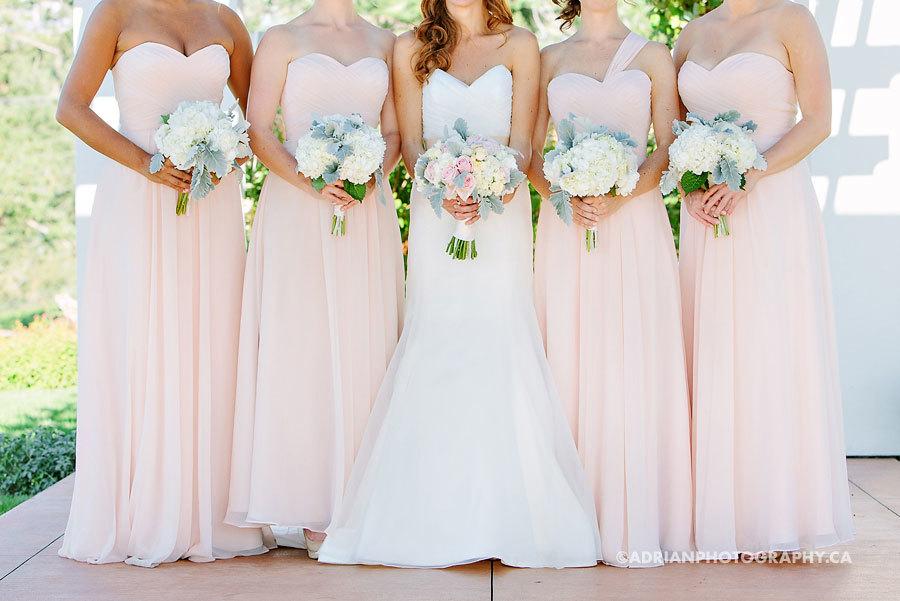 подружки невесты с букетами