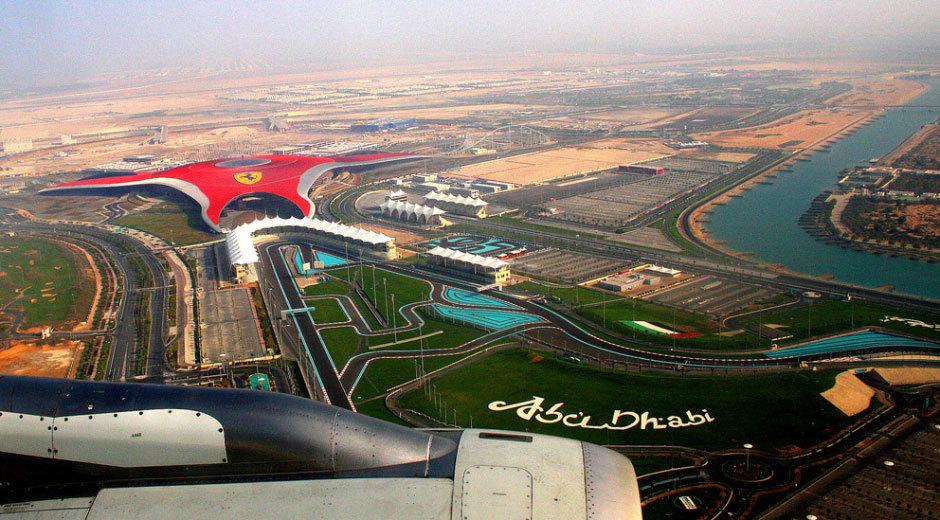 Вид сверху из самолета на парк Феррари и Абу-Даби.