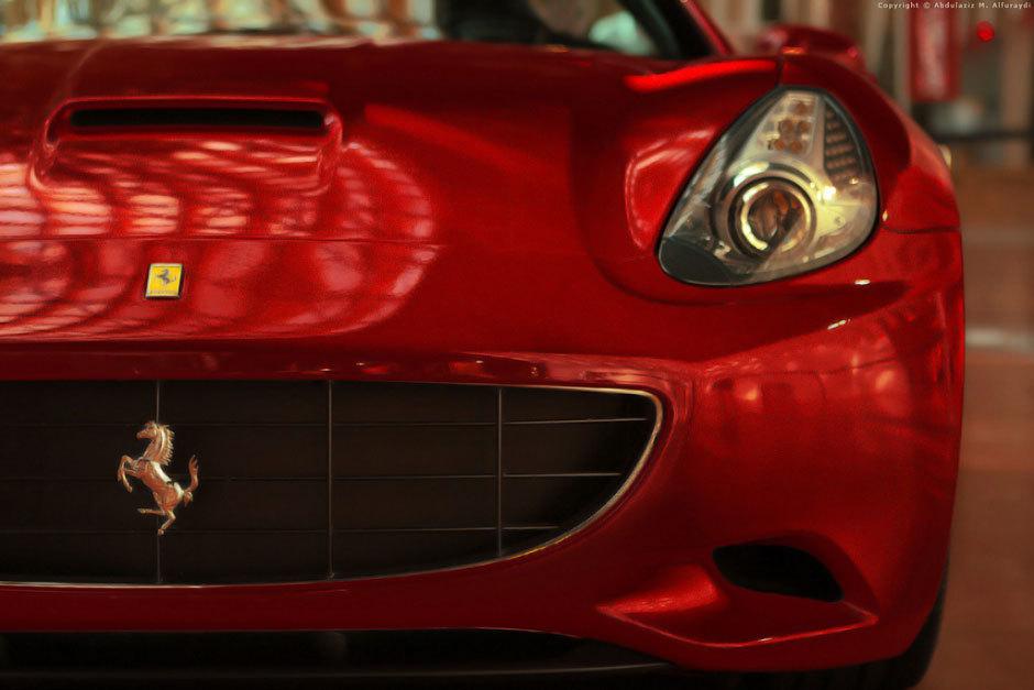 красный гоночный автомобиль ферарри