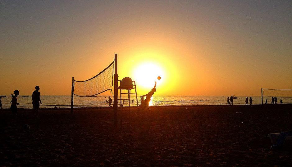 пляж в Сиже вечером