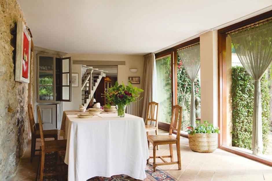 Столовая с окнами во всю стену и видом на сад.