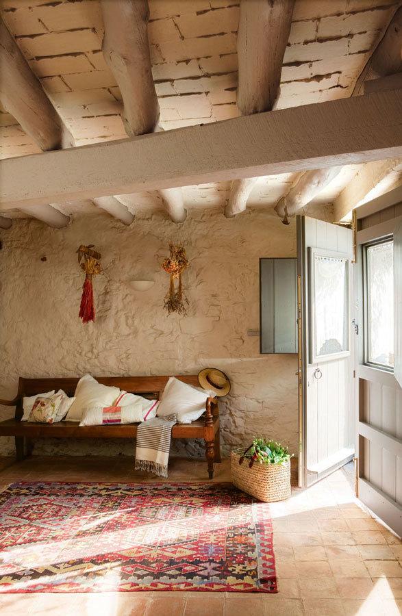 Типичные для Испании деревянные балки на потолке.