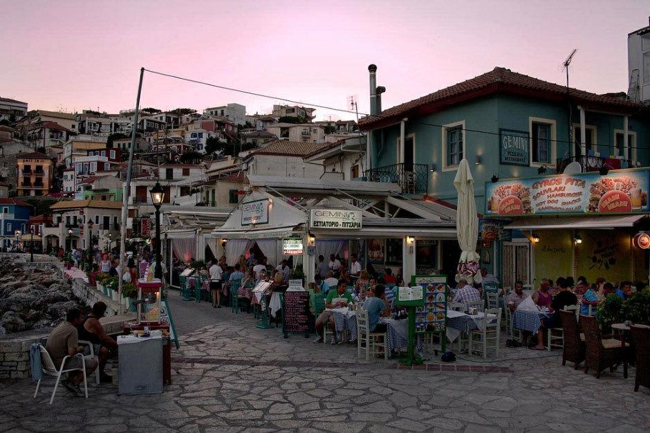 уличные греческие кафе