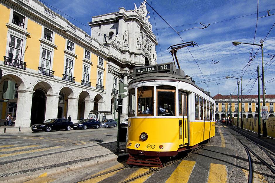 желтый лиссабонский трамвай