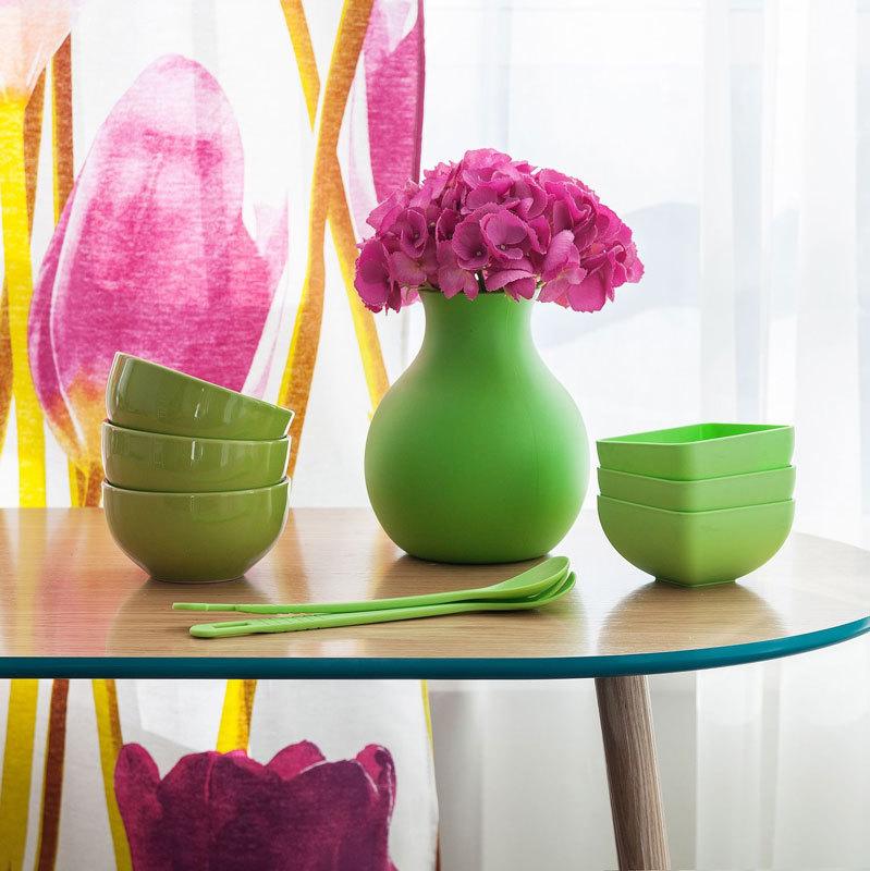 Зеленая резиновая ваза в интерьере