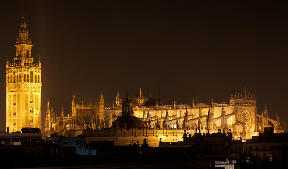 Севильский кафедральный собор вид ночью
