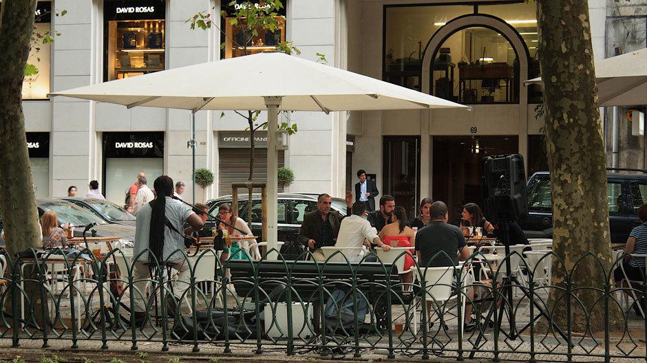 уличное кафе в Португалии