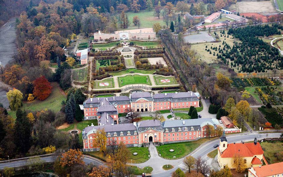 Замок Добржиш осенью, вид сверху