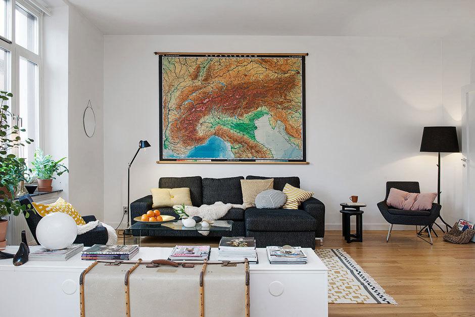 Стильная гостиная с картой мира на стене