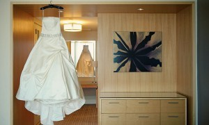 красивое свадебное платье на вешалке