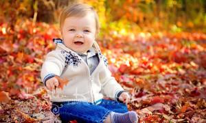ребенок в листве