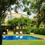 Классический испанский дом с бассейном и садом